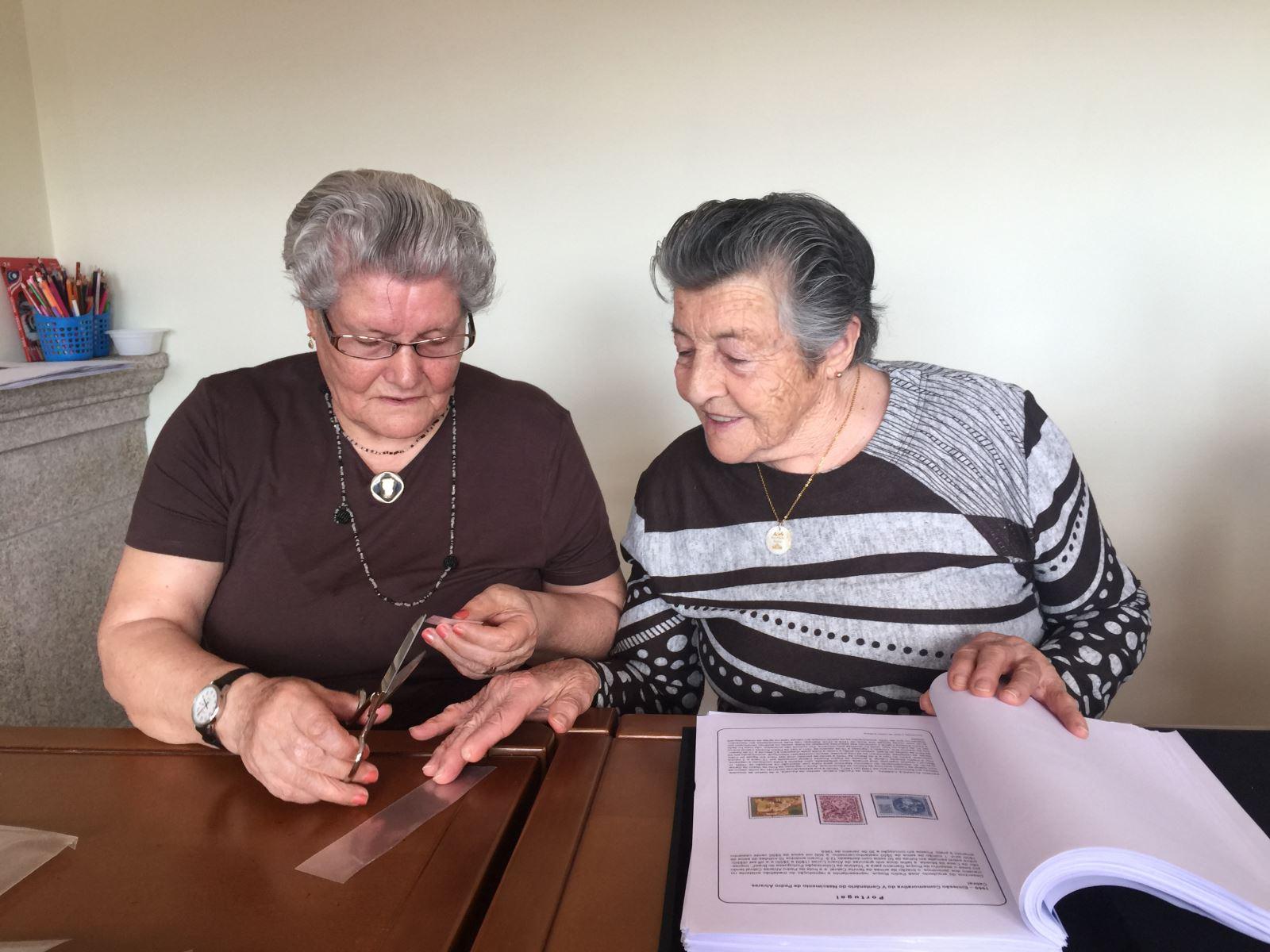 Vale de Cambra | Idosas dedicam tardes  ao colecionismo de selos