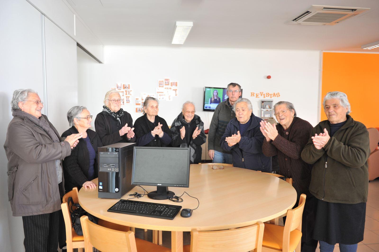 Azinhaga | Mais um computador  para sala de informática