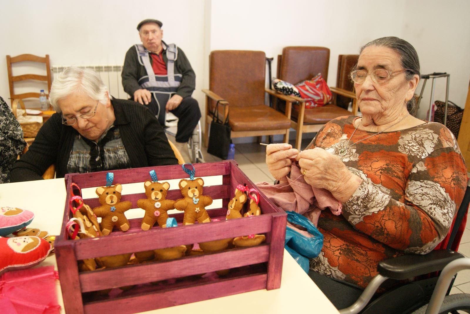 Oleiros | Ateliê de costura no lar de idosos