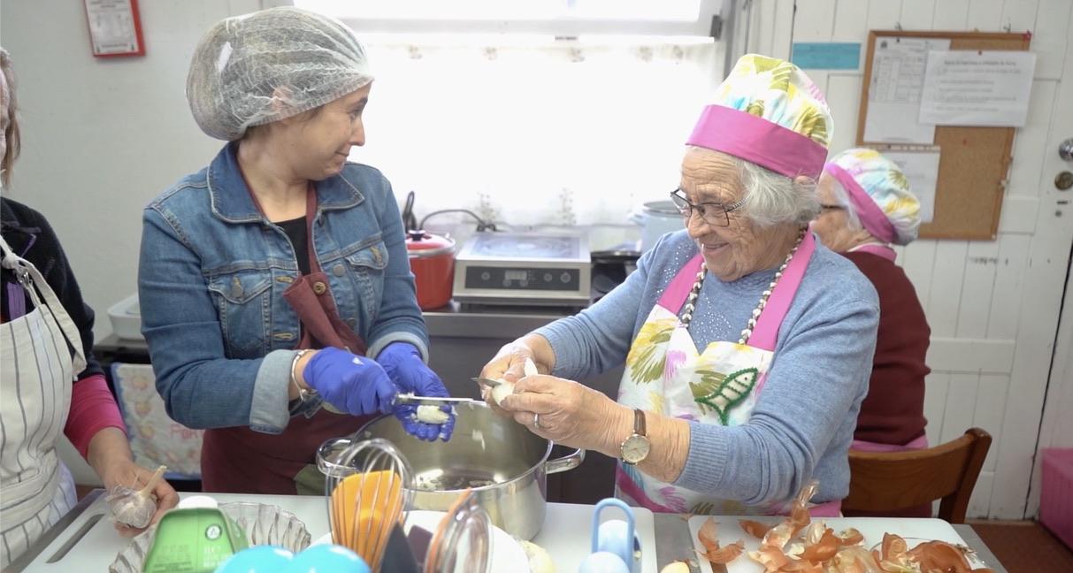 UMPtv | 'Avós do Mar' da Misericórdia de Almada ensinam turistas a cozinhar